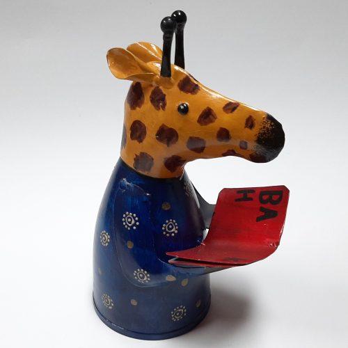 Fairtrade metalen beeldje giraffe met boek gemaakt van verfblikken