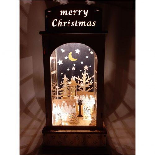 Houten lantaarn met houtsnijwerk van winters tafereel met kerk en huis led verlicht
